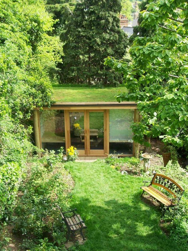 Una forma elegante y sofisticada de desarrollar un espacio adicional en el fondo de una vivienda. Conocida como sala de jardín, pero con el diferencial de un pulmón verde en el techo. #greenroofs
