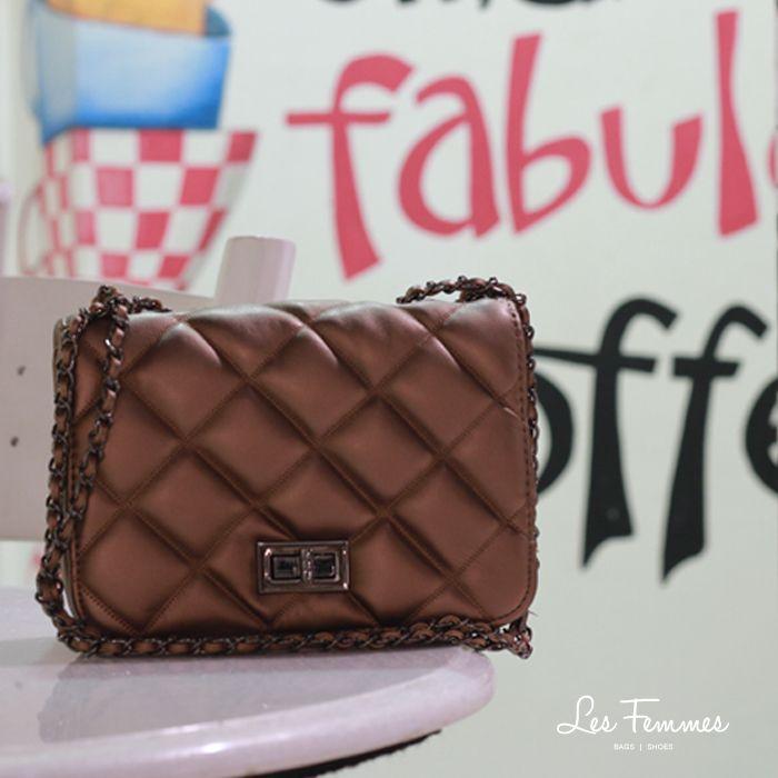 Valora, sling bag klasik yang memberi efek sparkling untuk kesan glamor. • Warna cokelat • Ukuran 20*7*14 cm • Harga 279,000  Order via : Website : www.lesfemmes.co.id SMS / WA : 081284789737 Email : care@lesfemmes.co.id  Happy shopping!