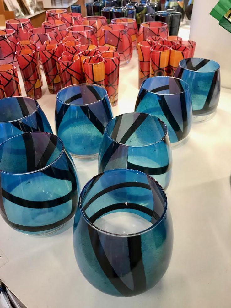 Estes cristales están decorados con una imagen de primer plano de las ventanas de vitral en la Sagrada Familia. Enfocan en solo un color del diseño.