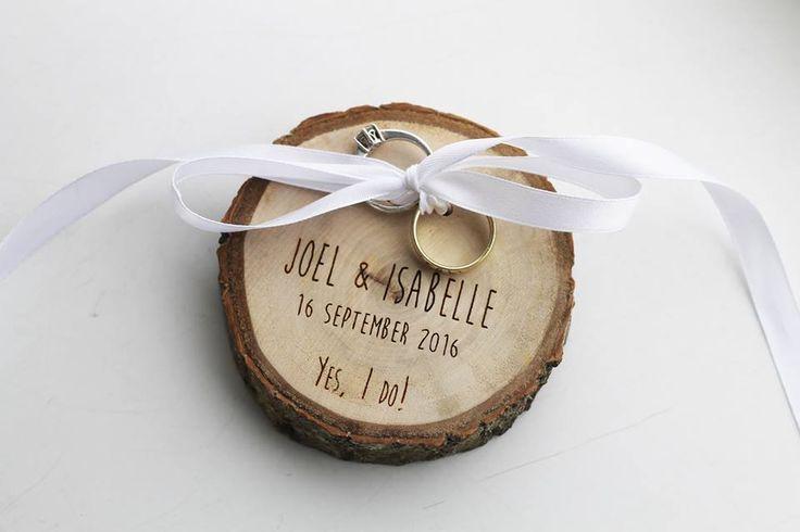 Als er iemand verstand heeft van originele decoratie op je bruiloft is het Lydia Lantinga wel. Op haar website vind je ringdoosjes, ringplankjes, manchetknopen, corsages, slingers en nog veel meer. En het mooie is; alles kan persoonlijk gemaakt worden door bijvoorbeeld graveringen. Naast dat haar decoratie fantastisch is, kunnen wij ook zeggen dat ze een onwijs spontane, creatieve en gezellige vrouw is!//Klik voor meer info!