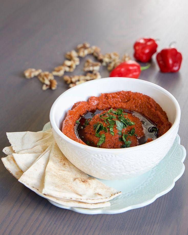 Muhammara är en fantastisk Mezzarätt från Syrien som görs av bland annat rostade valnötter och paprika. Den är pepprig, het och smakrik.