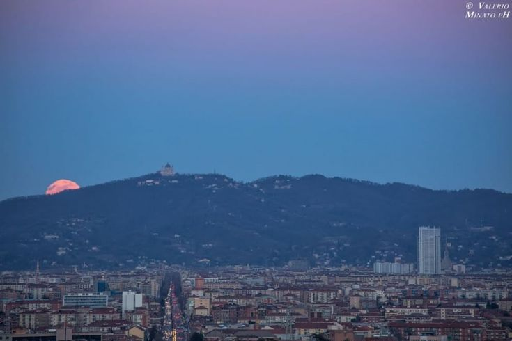 Questa sequenza della Luna piena che sorge sopra la basilica di Superga è stata realizzata ieri tra le 18:20 alle 18:45 circa dal Castello di Rivoli, approfittando delle favorevoli condizioni meteorologiche  (Fotografie di Valerio Minato)