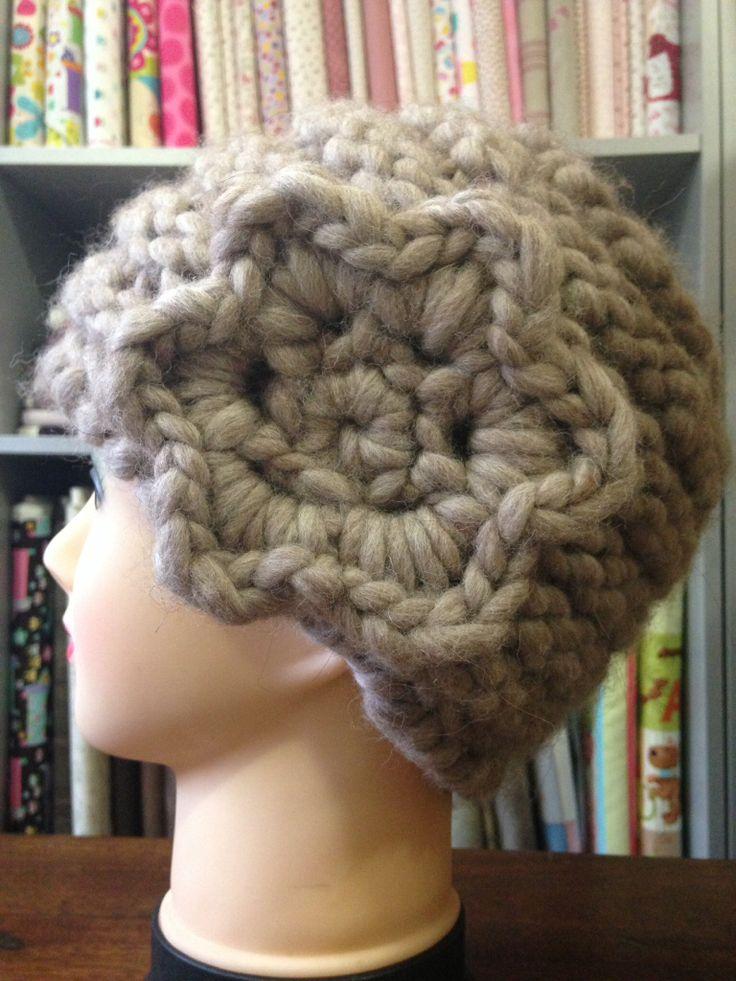 Handmade knitted hat. Cappellino in maglia fatto a mano.