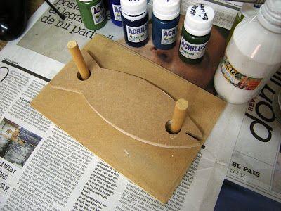Servilletero de madera / Wooden napkin holder     Hace un tiempo que tenía esta pieza de madera esperando a que me inspirara para darl...