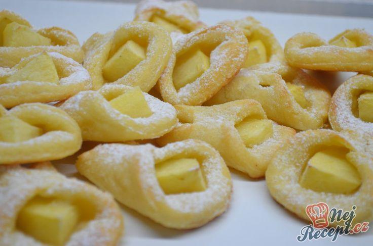 Jednoduché křehké koláčky plněné jablky. Vynikající jednohubky, které zvládnou připravit i začátečnice v pečení. Autor: Lacusin