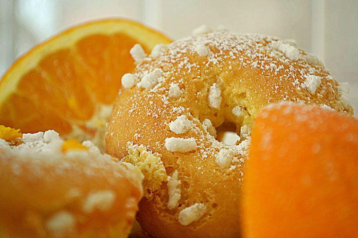 Le ciambelline alla ricotta sono la ricetta giusta per uno spuntino buono e dall'odore avvolgente dell'arancia. Ci si mette pochissimo a prepararli ed una volta pronti sono gustosissimi anche inzuppati nel latte.