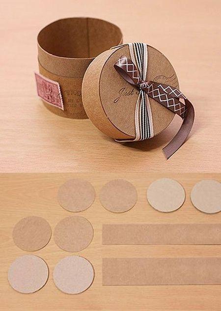 Aquí presentamos otro fantástico ejemplo de paquete o caja para regalo, en este caso cilíndrica, creada reciclando trozos de cartón de diferentes tipos y grosores. Una idea original que merece la pena intentar. Vía Folkvox y Galkaanna…
