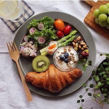 こちらはクロワッサンをメインに、サラダをたっぷりと、フルーツやヨーグルトをワンプレートで。ヘルシーでおしゃれな朝食ですね。