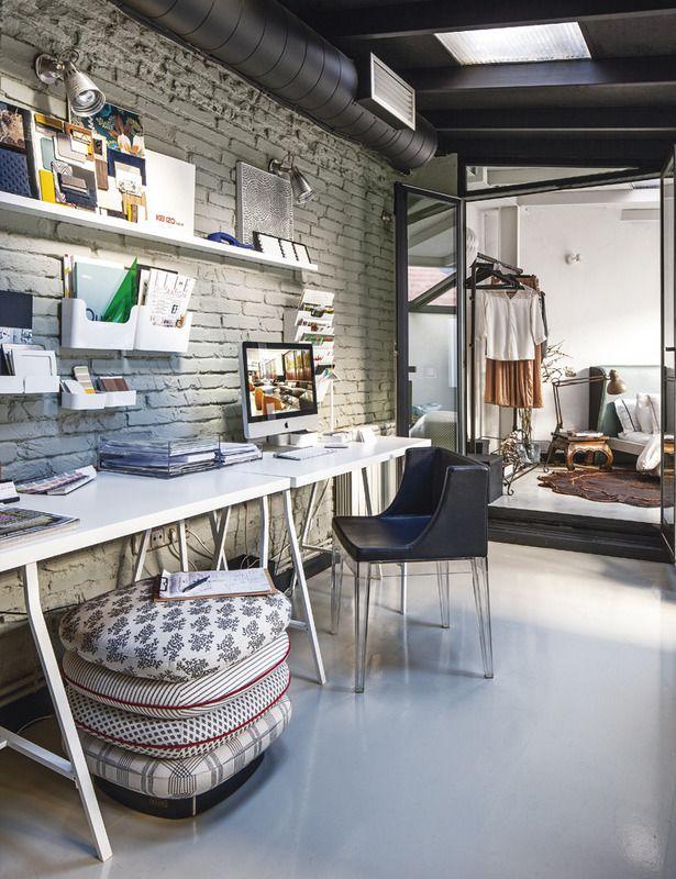 El despacho  El ladrillo antiguo da un aire hipster a la zona de despacho, equipada con dos mesas iguales, flexos, baldas y estanterías, de Ikea. La silla Mademoiselle, de Philippe Starck para Kartell, pone un contrapunto al predominio del blanco.
