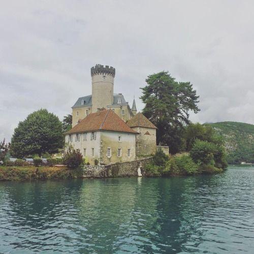 A orillas del lago se observan varios tesoros históricos como... de http://ift.tt/2wKYx5y