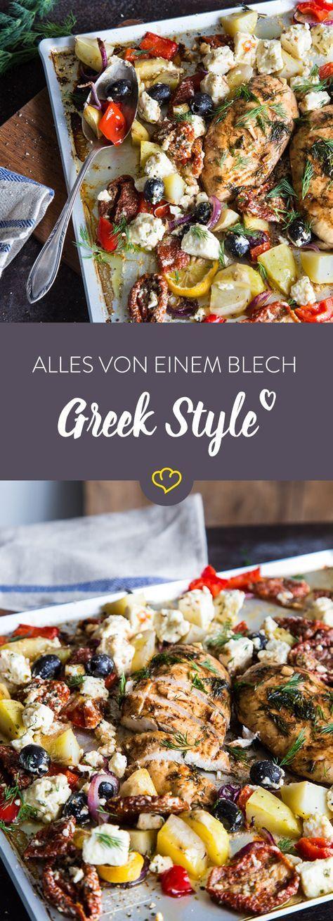 Hier kommen zu Hähnchen, Kartoffeln und Paprika noch Oliven, Feta und getrocknete Tomaten. Für Greek Style auf deinem Backblech.