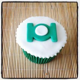 Cupcake Lanterna Verde | Cupcake inspirado no super-herói Lanterna Verde, coberto com pasta americana, massa do bolo e recheio de sua preferência. Convoque a Tropa dos Lanternas Verdes para o aniversário do seu pequeno!
