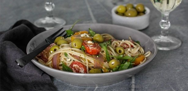 Spaghetti with rocket, tomatoes, olives and ricotta