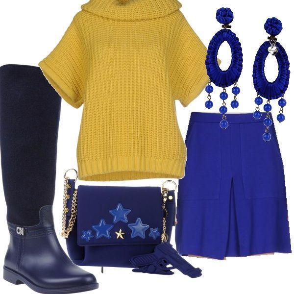 Questo outfit dedicato alle giovanissime si compone di una minigonna color blu elettrico abbinata ad un ampio dolcevita giallo con maniche corte, Anche gli accessori sono blu; gli stivali con tacco basso, la borsa a tracolla impreziosita da decori con stelle e gli orecchini con pendenti.