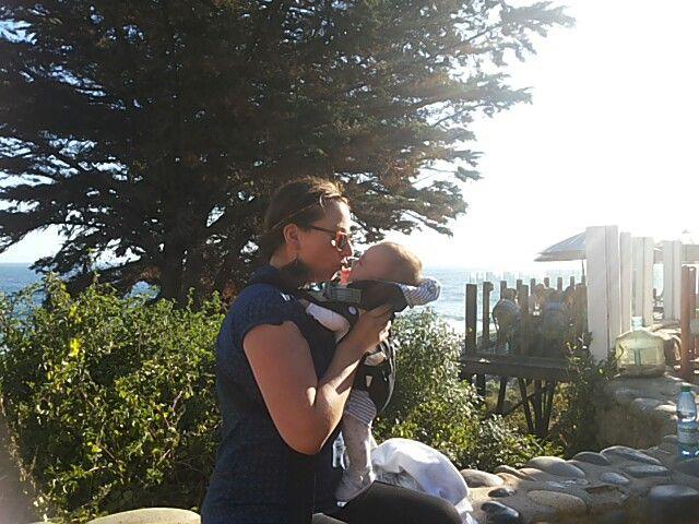 Besos en el patio de la casa de Pablo Neruda en Isla Negra. Es un lugar hermoso para visitar.