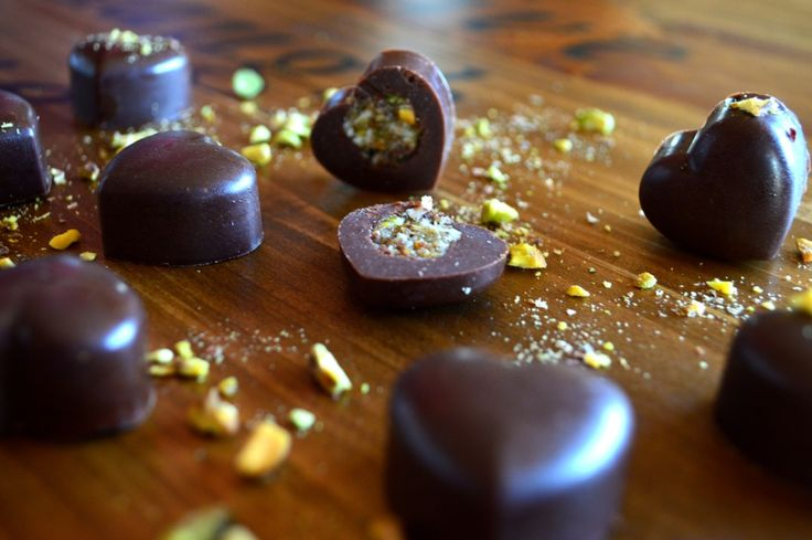 Raw-vegan artizan nut-milk pralines. Organic, fair-trade, made in small batches. Enriched with pistachio nougat, Macadamia nuts and vanilla. Gluten-free. No sugar.