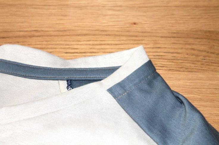 Voici le petit tuto que j'avais fait pour finir proprement les encolures de vêtements en jersey au niveau de l'encolure.