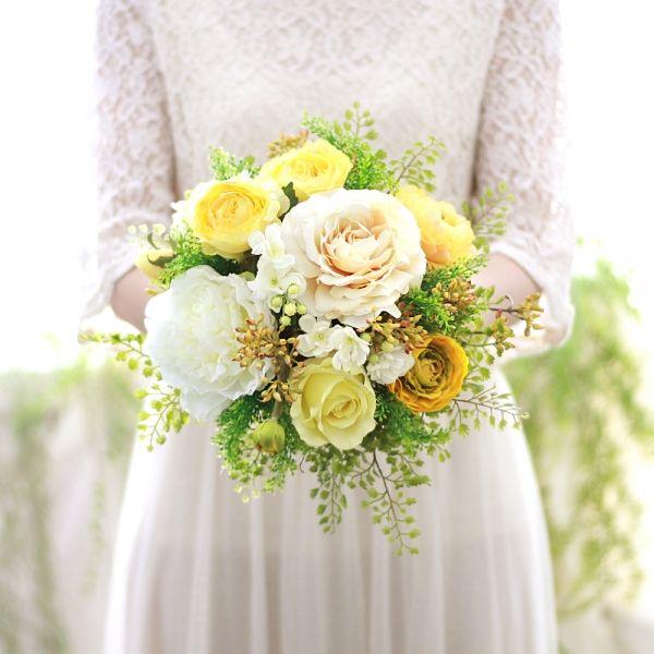 いつもは明るくキュートなイメージの黄色も、 白の芍薬やベージュのバラ、ハーベストベリーと合わせ、シックに大人っぽく。 ゆったり広がるグリーンのアジアンタムの色合いが印象的なクラッチブーケです。   黄色 バラ  ラナンキュラス クラッチブーケ ブートニアセット/シルクフラワー(造花)