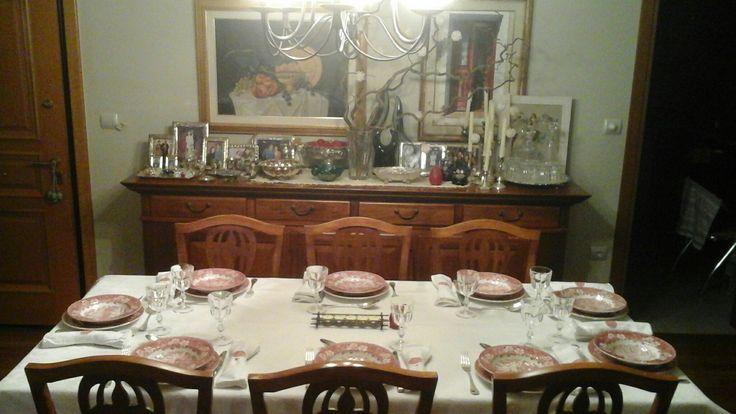 Το τραπέζι για τους μεγάλους για το βράδυ της Ανάστασης.