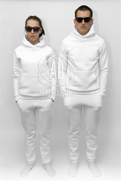 Полностью белый спортивный костюм