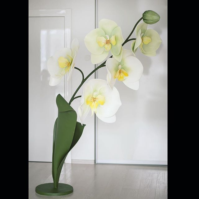 """Как вам такая тропическая """"елка""""?   Закончили очень интересный для нас заказ,с волнением ждали результат работы,сегодня можем поделиться им с вами! С нетерпением ждём ещё заказы по орхидеям,хотим попробовать другие цветовые сочетания,ведь у этого цветка многообразие оттенков. По оформлению заказа пишите в Директ!"""