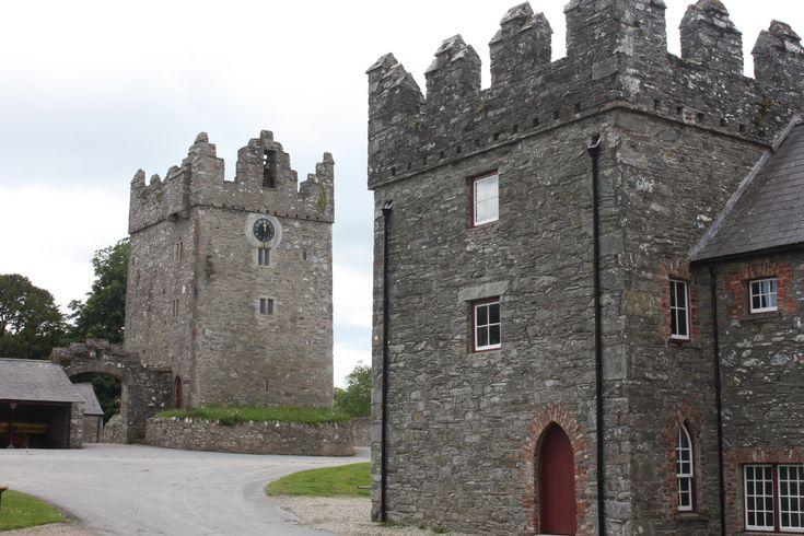 National Castle Ward in Downpatrick wordt als decor gebruikt in Game of Thrones. Het kasteel kent een gotische en klassieke architecturale stijl met een exotische, verzonken tuin, paden en vredige bossen.