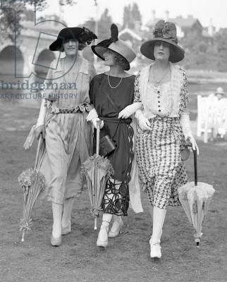 Women's Fashion at Royal Ascot, June 1921 (b/w photo) / Ascot Racecourse, Berkshire, UK / Mirrorpix