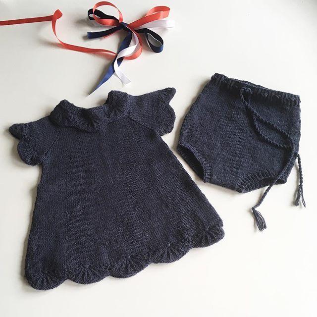 Antrekk klart for sending ✔️ Oppskrift Olivias festkjole Ravelry - link i bio 🖕🏻 #flæsebloomers u/flæser - oppskrift @olinesmor #oliviasfestkjole #bloomer #bleiebukse #knittingforolivesmerino #strikkedilla #strikkerpåbestilling #knittersofinstagram #knitting_inspiration #knitinspo123 #itsybitsyknits #i_loveknitting #flæsebloomers uten flæser @olinesmor