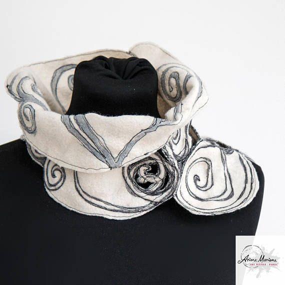 Chimenea de diseño excepcional del arte. De fieltro de lana merino blanca bufanda gris plata espirales, movimiento libre bordado. Más que una capucha - esto es un ejemplo de arte contemporáneo de la fibra. Original y única, viene con un certificado de autenticidad. Gran diversión para usar en muchas formas de moda. Píos hasta todo tipo de trajes. ¡Ropa perfecta para en y al aire libre! Circunferencia ~ 24,4(62cm) Altura asimétrica 3,9(10cm) a 9.5(24cm) Ariane Mariane garantía *** Es...