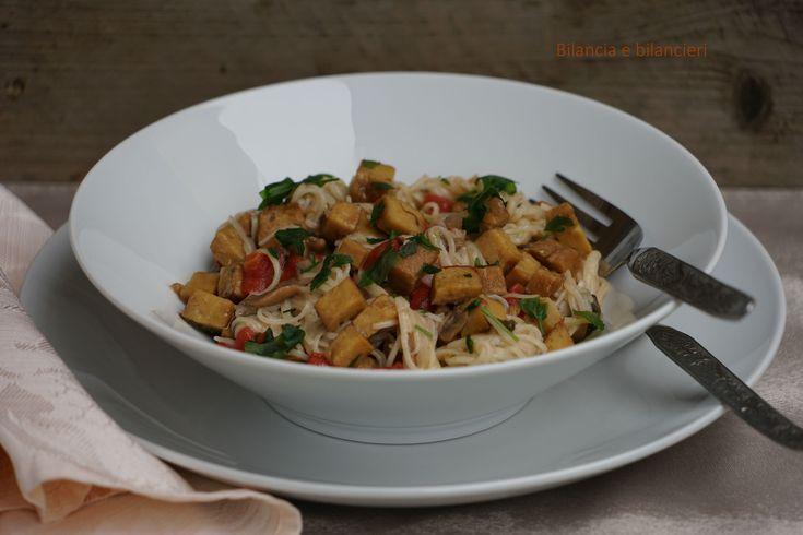 Spaghetti di riso e quinoa al seitan con funghi misti e pomodori. E' una deliziosa ricetta vegan che si prepara velocemente.