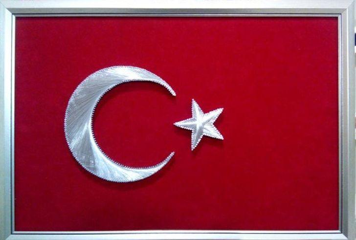 İşyerlerine özel Türk Bayrağı yapılır Dalgalandığın yerde ne korku, ne keder... Gölgende bana da , bana da yer ver. Sabah olmasın, günler doğmasın ne çıkar Yurda ay yıldızının ışığı yeter.