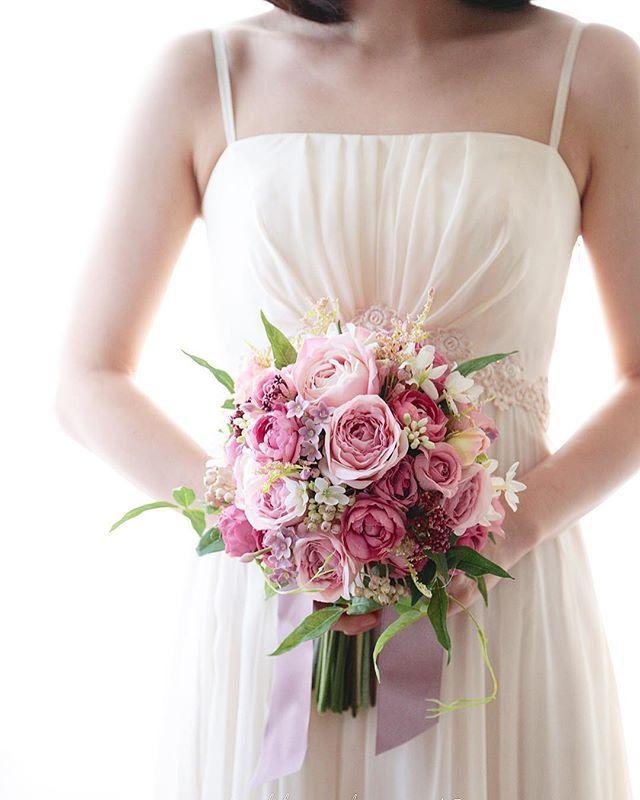 . . 昨日は、仕事の帰り道雪が降りました❄️ この寒さの後だからこそ 春がとても待ち遠しいのですね . そんな春にふさわしい ピンクのバラの #クラッチブーケ ができました . モーヴピンクをメインに、たくさんのバラと小さいお花を組み合わせています。 、 お花をぎゅっと束ねたようなデザインは #ナチュラルウェディング にぴったりです 、 1月15日 販売開始の 今年最初の #完成品ブーケ になります . . #weddingbouquet #wedding #bouquet #weddingflowers #ウエディングブーケ #ウェディングブーケ #春のブーケ #2018春婚 #カラードレス #ウェディングドレス #造花ブーケ #造花ブーケ通販 #海外挙式 #ロケーションフォトウェディング #前撮り #結婚準備