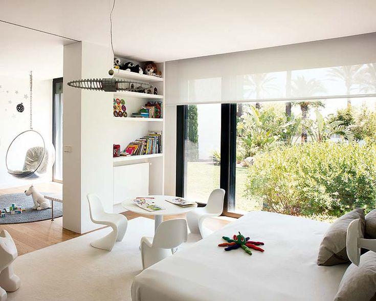 Sólo los juguetes ponen la nota de color en este dormitorio de diseño minimalista.  http://www.micasarevista.com/infantil/4a8/4a8_32/4a8_32_1.shtml