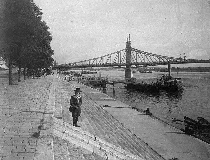 Belgrád (Ferenc József) rakparti hajóállomás. Látkép a Szabadság (Ferenc József) híddal.