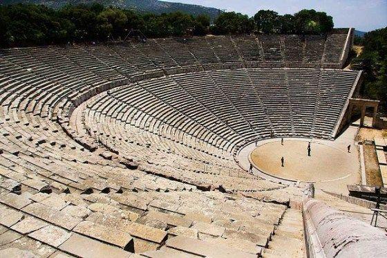 Teatro de Epidauro. Escultor Policleto el joven. Periodo Helenístico, siglo IV a.C. Situado en el Santuario de Asclepio en Epidauro (Grecia). Realizado en piedra. S u función era para celebrar las Asclepia que era un concurso en honor del dios médico Asclepio. Es un antiguo teatro griego compuesto por una orchesta, proskeinon, skené, párados, kilon, diazoma y kerkis. Posee una gran acústica excepcional gracias a su forma circular situada en la ladera de la colina.