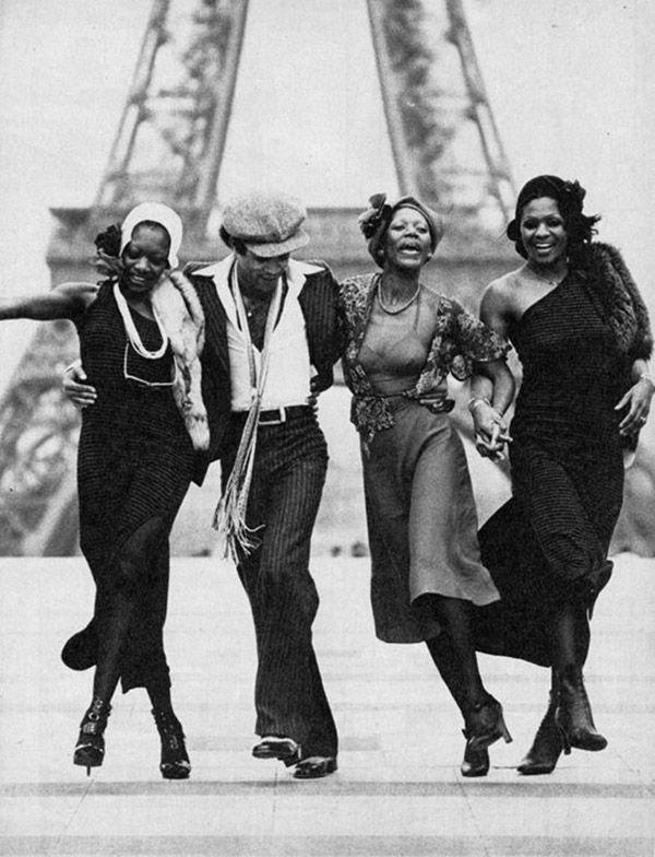 Le groupe Boney M danse devant la Tour Eiffel - Paris France