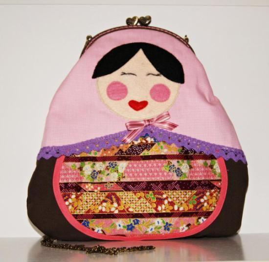 Bolso con forma de muñeca rusa hecho a mano http://artesanio.com/dequitaypon/bolso-matryoshka+90184