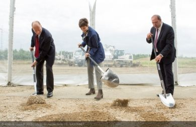 """""""Tom Enders, Airbus Group Chief Executive Officer, Thierry Baril, Airbus Group Chief Human Resources Officer and Jane Basson, Airbus Group Head of Leadership and Culture Change break ground for the construction of the main campus for the new multi-site Leadership University in Blagnac (c) Airbus Group"""