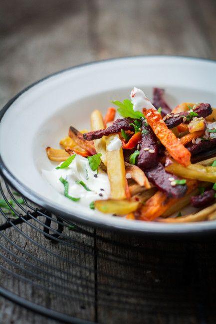 Hausgemachte Pommes aus bunten Gemüsesorten, wie Roter Beete, Süßkartoffeln, Petersilienwurzeln und Karotten. Dazu ein würziger Dip - perfekt! Das vierte Rezept aus der Burgerwoche von schmecktwohl. und den Foodistas: http://schmecktwohl.de/gemuesepommes-zum-burger-lowcarb/