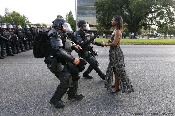 Η συγκλονιστική φωτογραφία από τις διαδηλώσεις στη Λουιζιάνα που κάνει τον γύρο του κόσμου