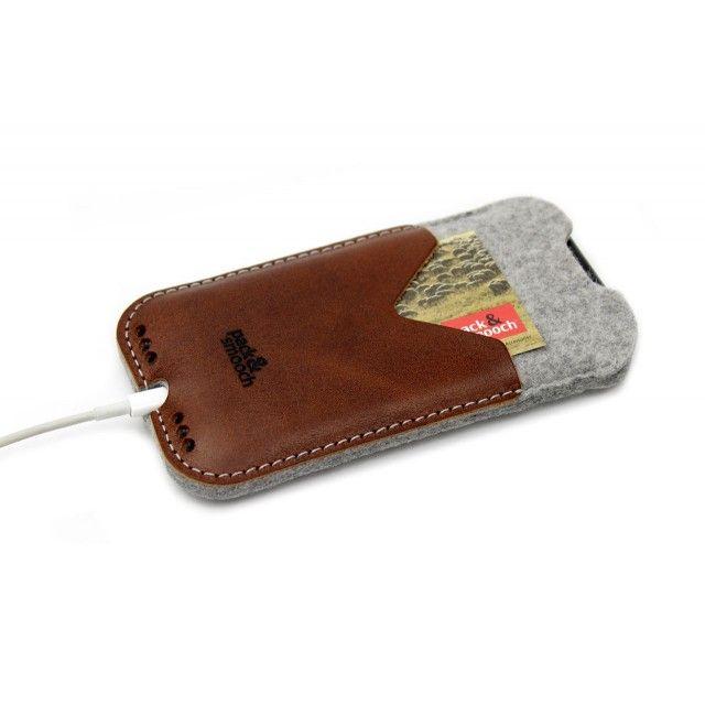 - 100% Merino Wollfilz- Fronttasche aus hochwertigem, pflanzlich gegerbtem Naturleder für z.B. Bankkarten- Ausgezeichneter Schutz vor Kratzern und Stößen- Angenehmer Tragekomfort durch Slim-Fit Design- Eine Aussparung im oberen Bereich der Handyhülle ermöglicht schnelles Greifen des iPhonesKirkby, unsere iPhone Hülle aus Wollfilz und Leder, ist nicht einfach nur eine Schutzhülle, sondern bietet auch die Möglichkeit, neben dem Handy auch EC-Karten, Visitenkarten oder ein paar Geldscheine in…