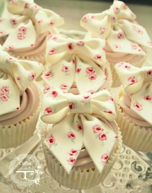 Cupcakes with rose stamped fondant bows