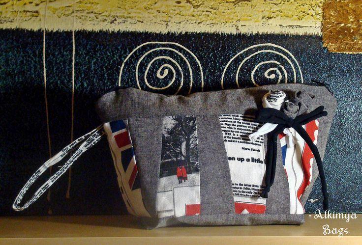 Trousse+jeans+grigio+e+stampa+giornale+di+Alkimya+Bags&Jewelry+su+DaWanda.com
