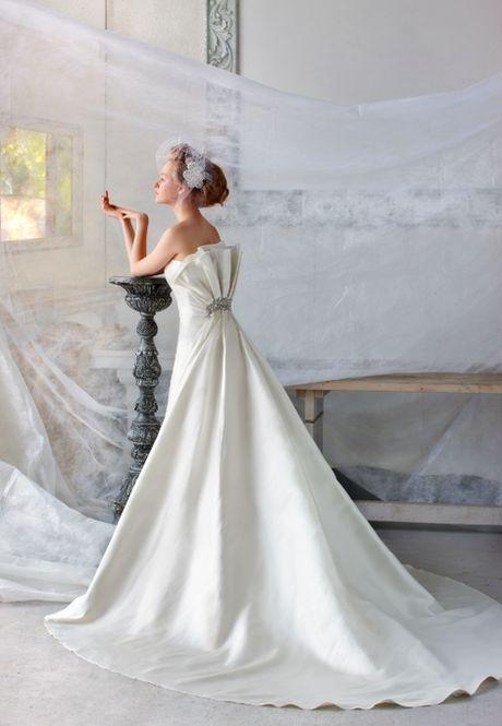ファッション誌の表紙を飾るような花嫁に♡白いシルクの花嫁衣装・ウェディングドレスのまとめ一覧です♡