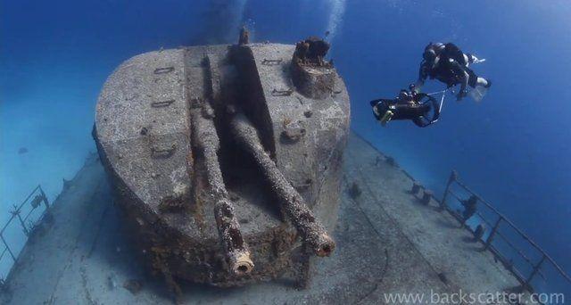 """Plonger avec l'incroyable scooter sous-marin """"Dive X"""" sur cette frégate soviétique de 100 mètres de long, coulée à - 30 m dans les eaux turquoise de l'île de Caïman Brac..."""