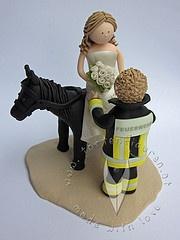 Feuerwehr Brautpaar mit Pferd als Tortenfigur für die Hochzeitstorte