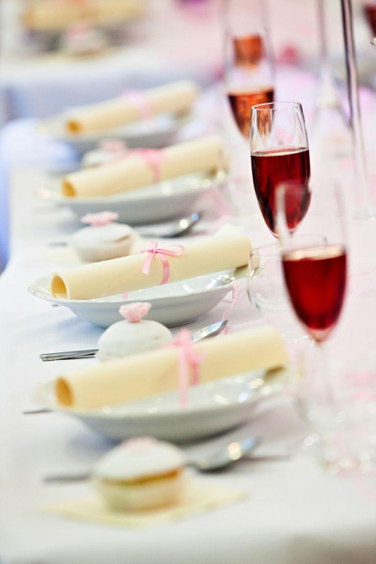 Pohľad na vyzdobený svadobný stôl