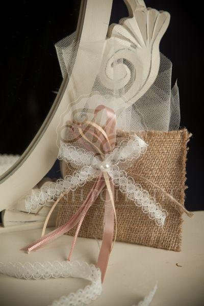 Μπομπονιέρα βάπτισης για κορίτσι πουγκί λινάτσας με δαντελένιο φιογκάκι και πέρλα