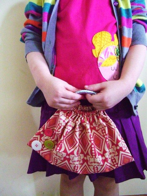 A quick and simple girl's purse made out of a fat quarter and 2 plastic bracelets. Full instructions.