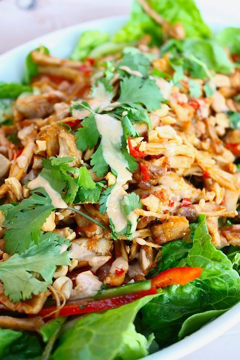 Een kipsalade met veel smaak door de Thaise invloeden. Met veel groenten en gegarneerd met zelfgemaakte pindasaus. Bekijk hier het recept.